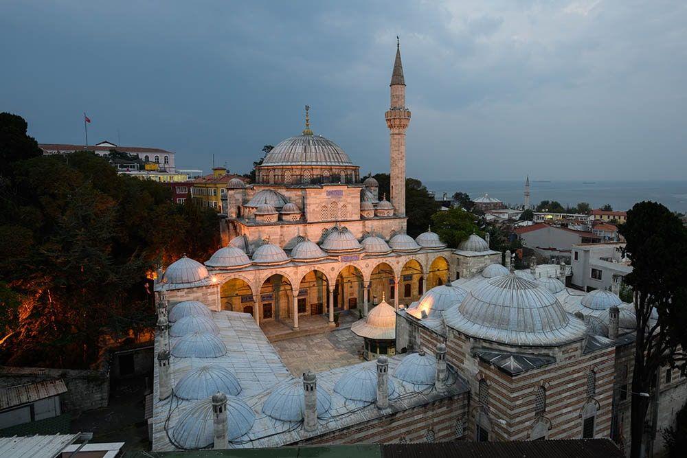 مسجد عکاسی شده در ساعات آبی